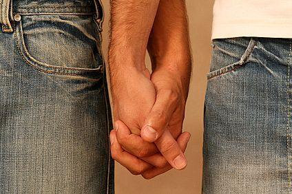 gay-men-holding-hands